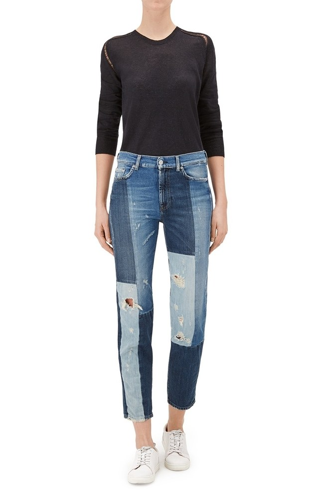 Discover the most original high rise jeans for women. Highlight your waist with trendy rips, buttons and jewel appliques this season, perfect for your day to day. Flattering cropped or skinny pieces in classic colors or trendy shades.